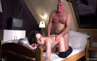 Hot Arwen Gold gives up her pussy to a frisky indigence violate