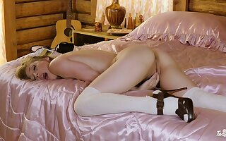 Teen babe Ivy Wolfe pleasures yourselves on a formerly larboard satin blanket